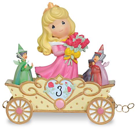 在这个迪士尼公主生日列车大游行之中,她一样是穿著大家熟悉的粉红色